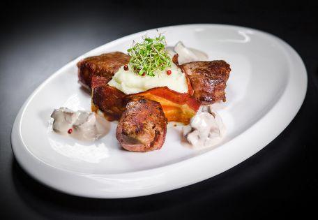 Свиная вырезка с хрустящим беконом и картофельным муссом