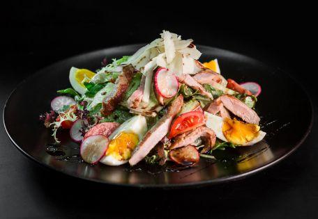 Летний салат с телятиной и луковой заправкой