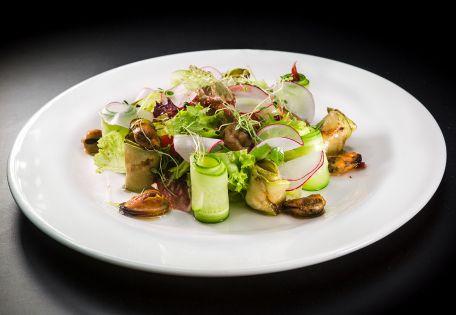 Микс-салат с маринованными цукини и морепродуктами