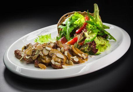 Микс-салат с телятиной под сливочным соусом