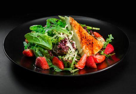 Салат с клубникой и карамелизированным Бри