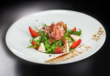 Салат с прошуто и клубникой