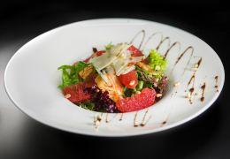 Салат с рукколой, лососем и грейпфрутом