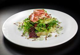 Салат с прошутто и маринованной грушей