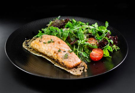 Филе лосося с летним салатом