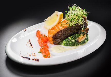 Филе лосося со сливочным шпинатом и чилийскими мидиями