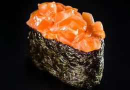 Гункан со свежим лососем